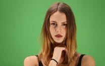 纯色背景引诱女人图片壁纸