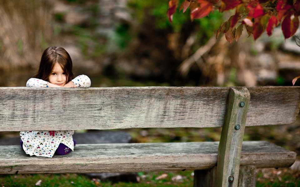 电脑壁纸 可爱宝宝壁纸 秋天落叶与孩子桌面壁纸下载