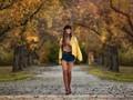 唯美秋季森林风景美女壁纸2