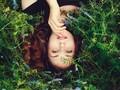 躺在地上的性感美女图片壁纸