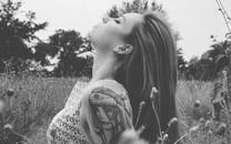 欧美纹身女孩高清壁纸