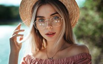 戴眼镜的养眼气质美女图片壁纸