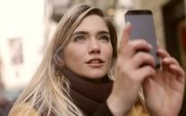 拿手机的漂亮女生图片壁纸2