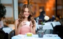 拿着咖啡杯的女孩照片壁纸4