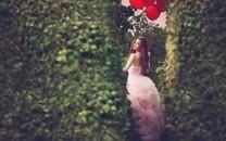 拿着气球的女孩图片壁纸